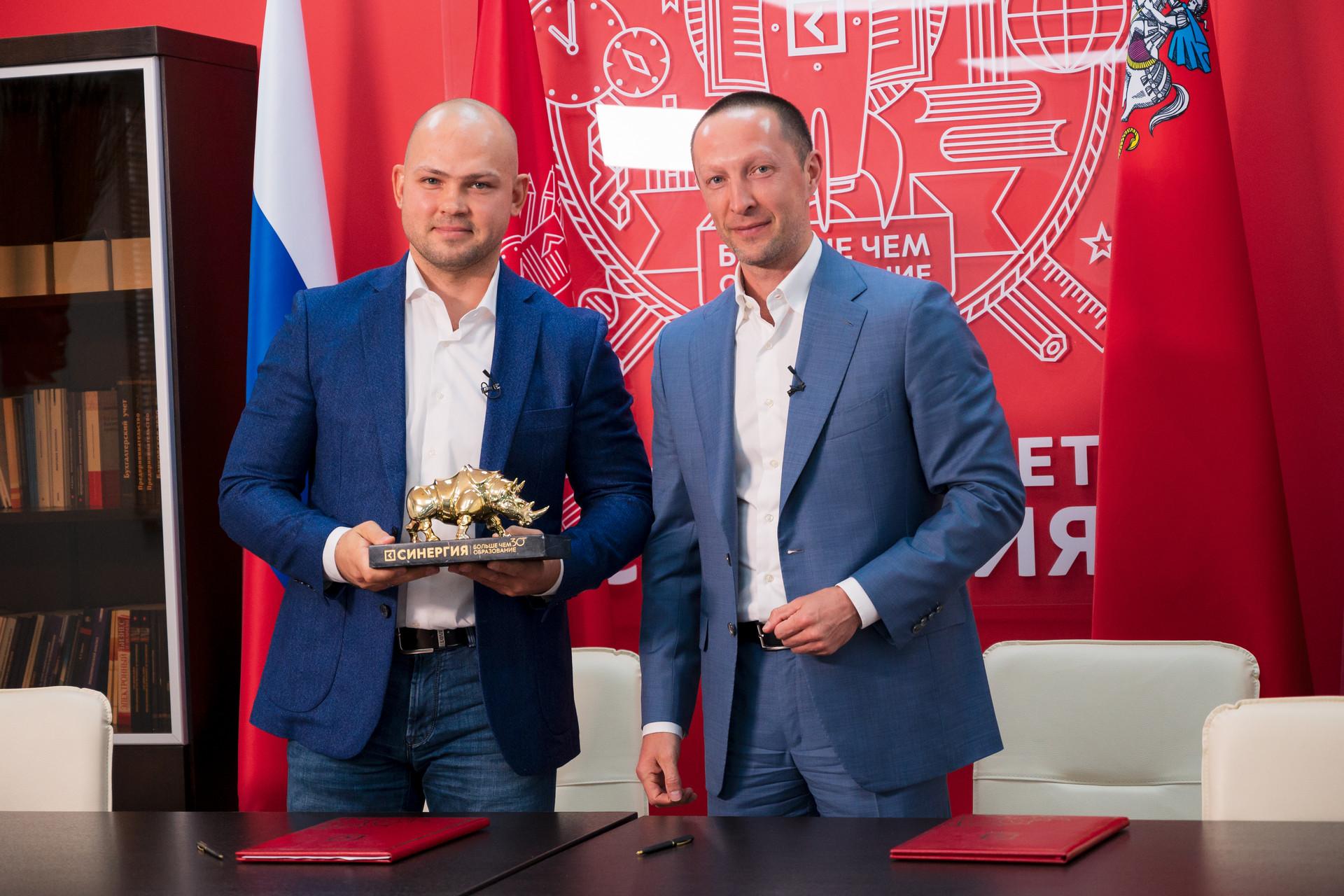 Радмир Габдуллин (слева) и Вадим Лобов (справа) подписали соглашение о сотрудничестве между Корпорацией «Синергия» и Союзом MMA России