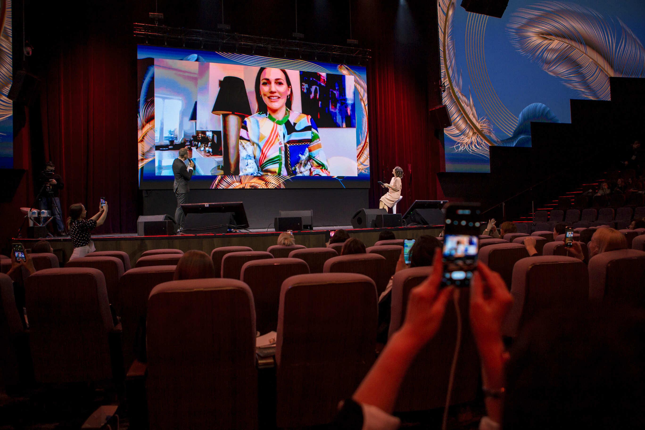 Мерьем Узерли стала хедлайнером Synergy Woman Forum 2021