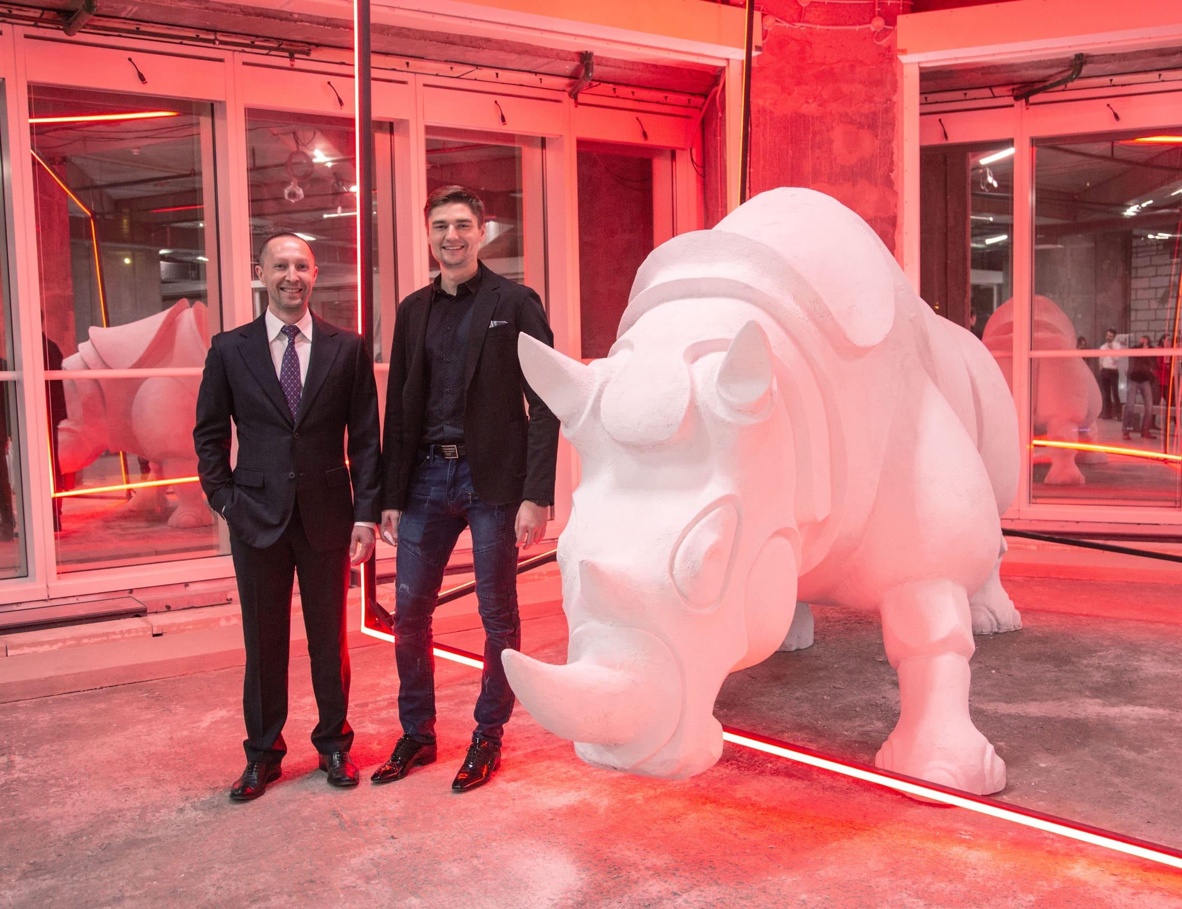Вадим Лобов и скульптура носорога – символа «Синергии»